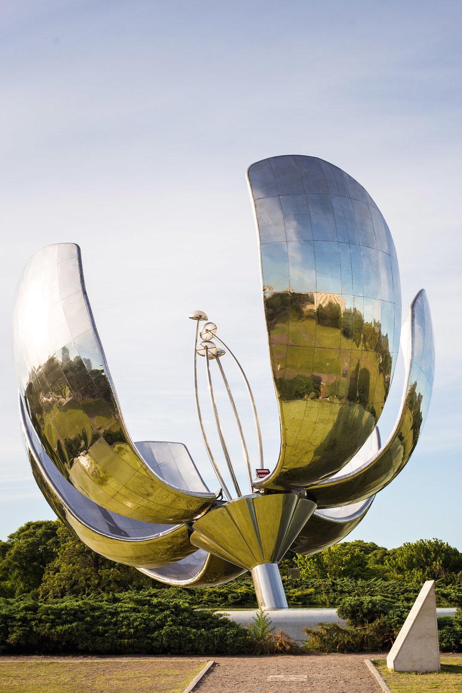 Wedding-travellers-Argentina-Buenos-Aires-Recoleta-metal-flower-floralis-generica