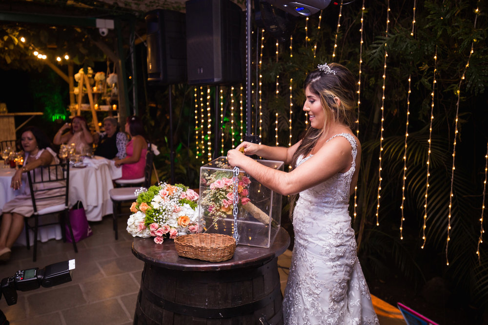 wedding-travellers-destination-wedding-photography-colombia-medellin-chuscalito-bouquet-toss-alternative-locked-key