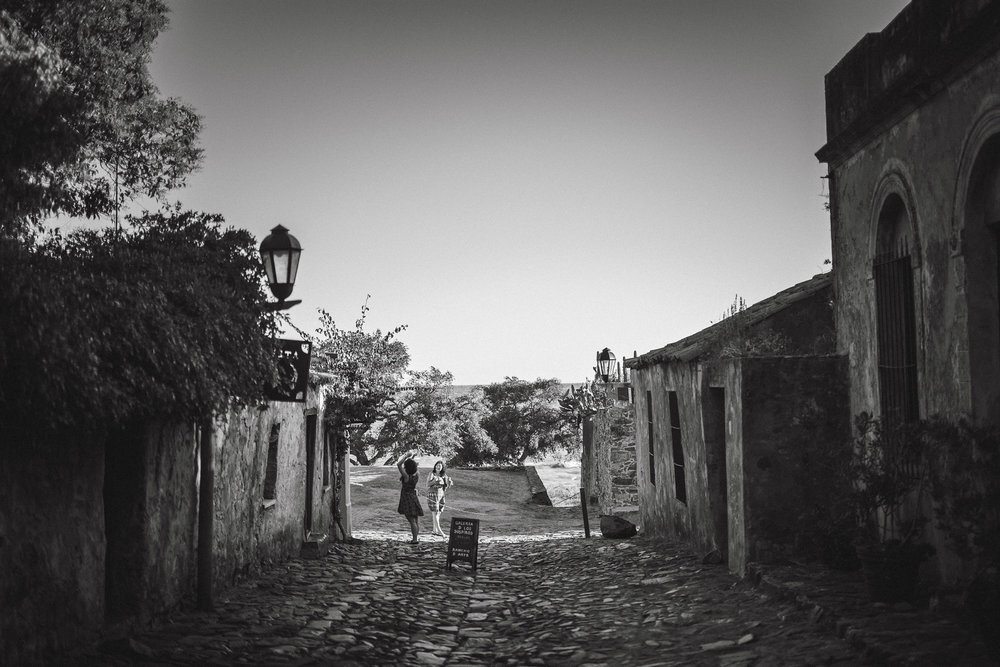 wedding-travellers-destination-photography-overlanding-south-america-uruguay-colonia-del-sacramento-black-white-cobblestone-street