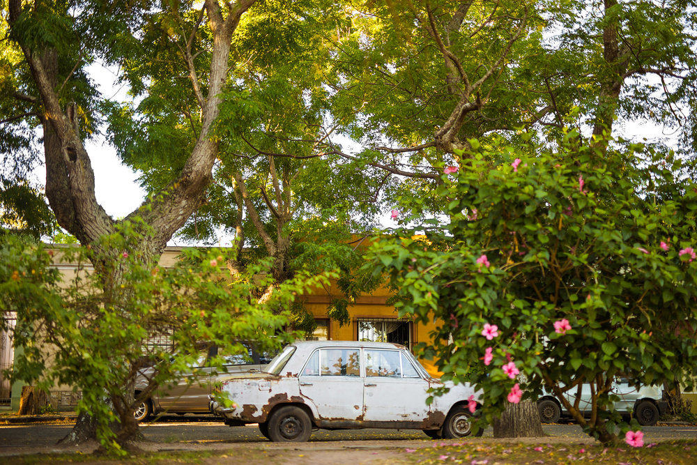 wedding-travellers-destination-photography-overlanding-south-america-uruguay-colonia-del-sacramento-old-rust-car