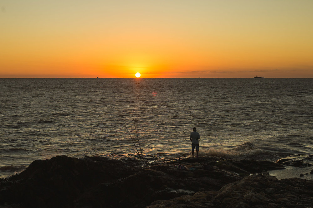 wedding-travellers-destination-photography-overlanding-south-america-uruguay-colonia-del-sacramento-sunset-fisherman