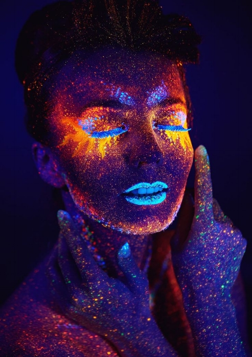 0220107e91c4a1aa01dacf6b5560af7e--dark-makeup-black-light-makeup.jpg