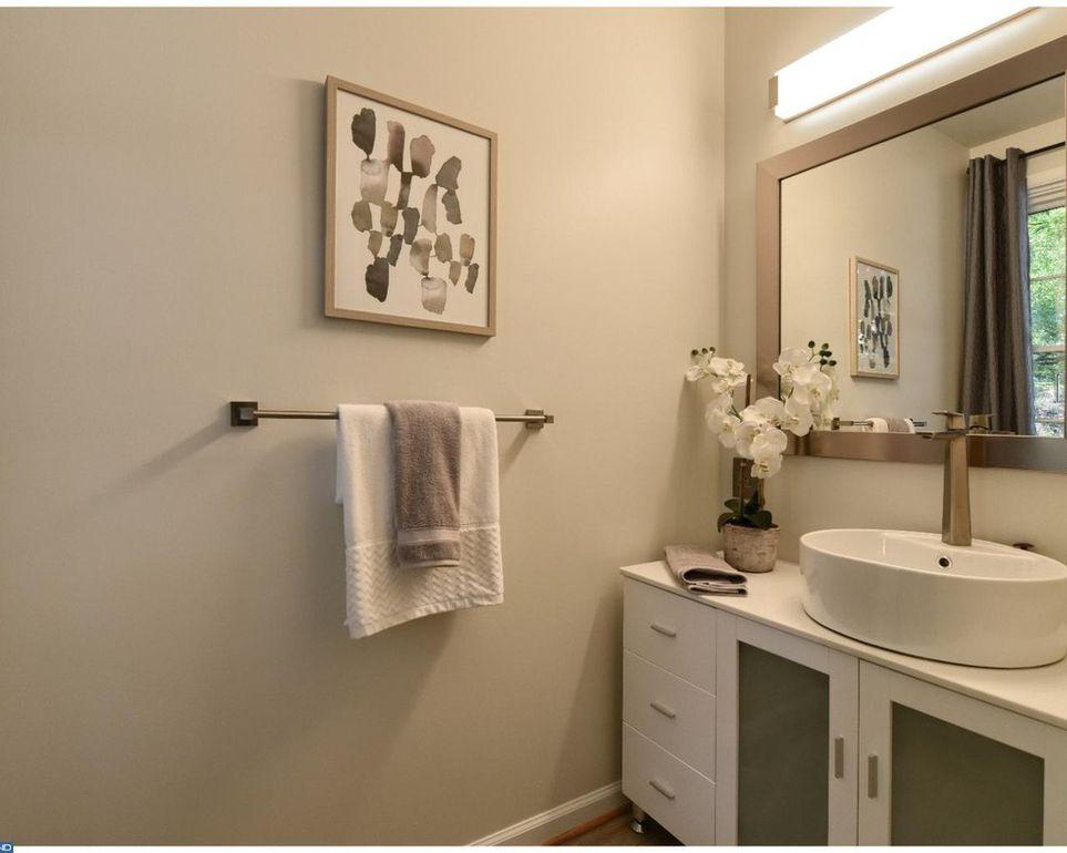 1623 N Rodney St Bathroom.jpg