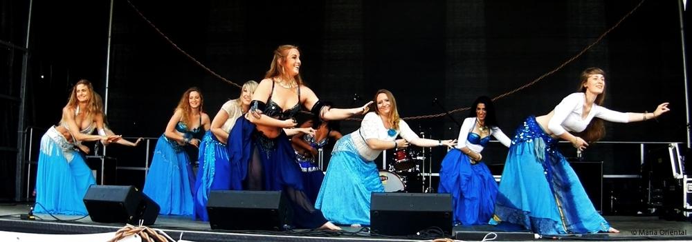 Maria Oriental tillsammans med elever från Uppsala Danscenter. Kulturernas karneval i Uppsala, maj 2014.