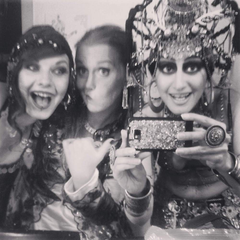 Backstage med Gita och Mana. Foto: Mana Raqs
