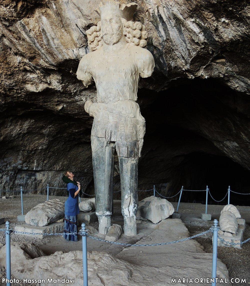 Invid statyn av Shapour I. (Och ja, jag fick tillåtelse att gå så nära.)