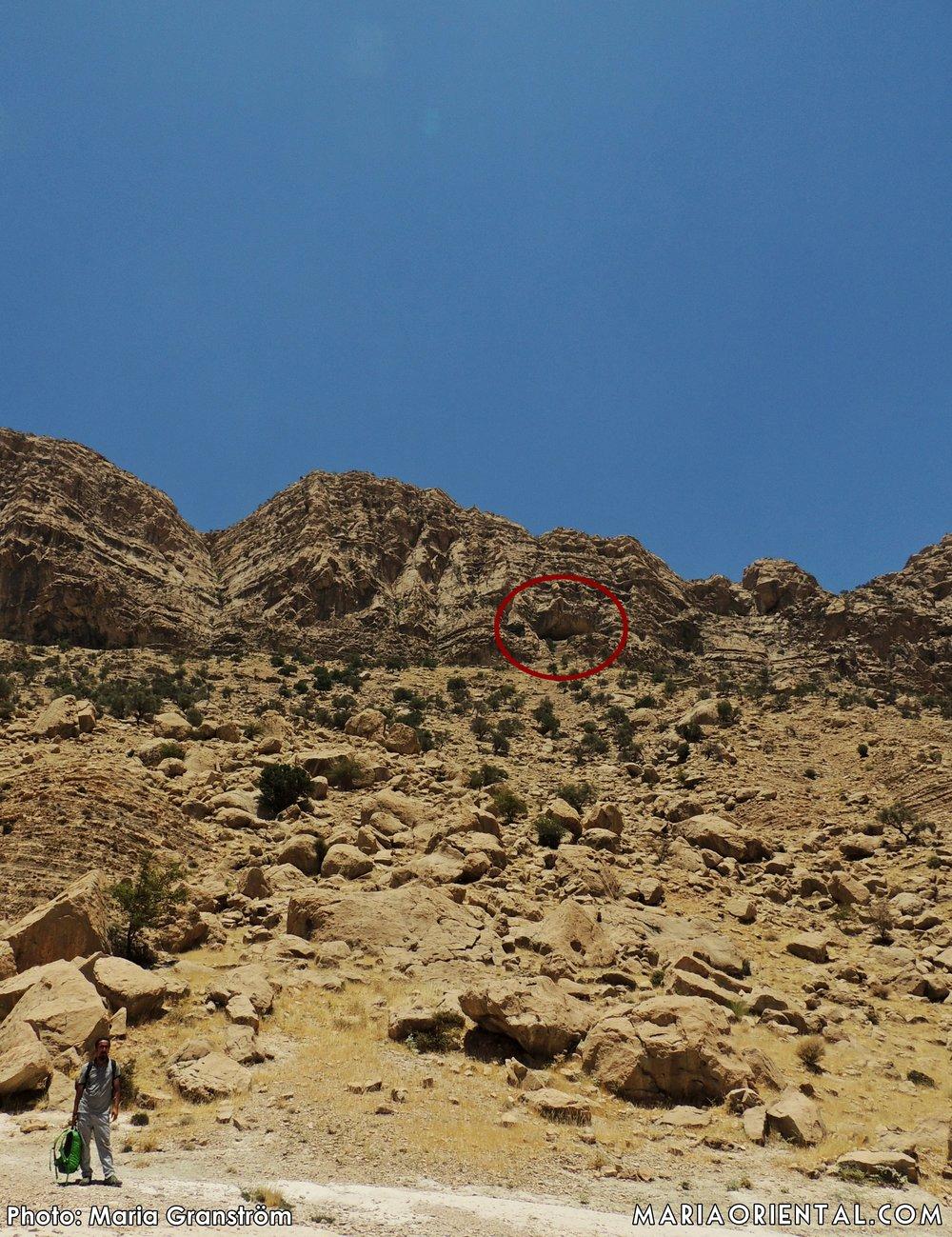 Halvvägs. Grottöppningen är inringad med rött.