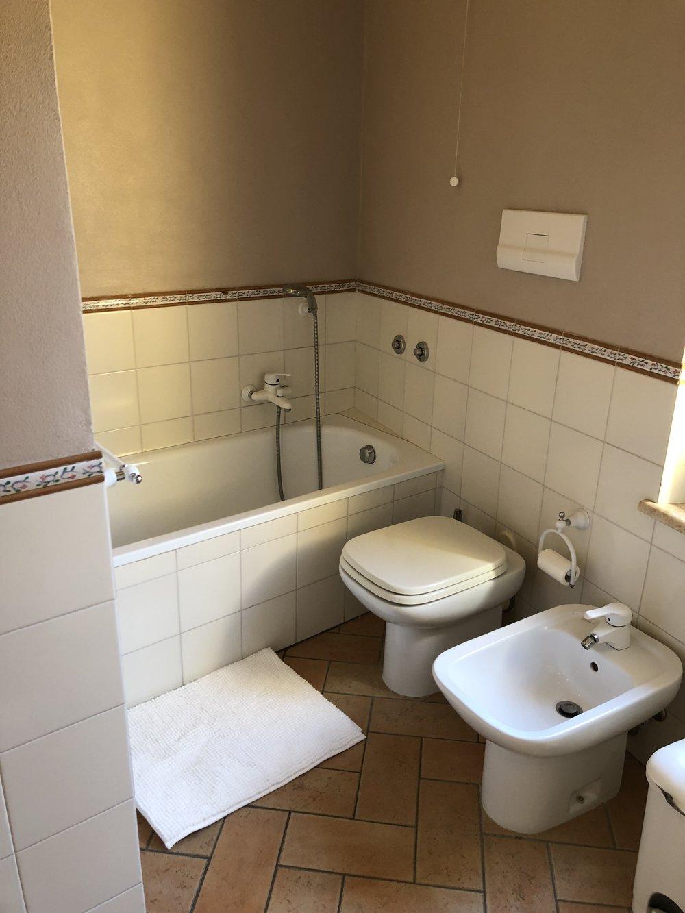 Downstairs bathroom: bathtub