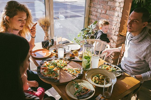 Обедать выгодно! В @extravirgingrill каждый будний день с 12 до 16.00 действует обеденное предложение от 399 р. Его особенность – никаких уменьшенных порций или скучных позиций – комбинируйте свой ланч из любых блюд Extra Virgin, но по меньшей стоимости. Морепродукты, гриль, стейки, пицца, тонкий флэтбрэд, паста и средиземноморские салаты – выбирайте то, что составит именно ВАШ идеальный обед. ⠀⠀⠀⠀⠀ #evgrill#extravirgingrill#Extravirginrestaurant#чистыепруды#обеды#бизнесланч