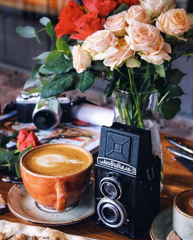 Любите ли вы кофе так же, как мы? Для тех, кто начинает день на бегу – ароматную чашку кофе можно взять с собой. За фото спасибо @lynxyly ⠀⠀⠀⠀⠀ 📞Если вы нам позвонили или хотели оставить онлайн-бронь, а все столы оказались забронированы — смело приходите. Часть зала, включая места у окна, мы всегда оставляем для вас свободными и не резервируем. ⠀⠀⠀⠀⠀ А также вы всегда сможете начать вечер с аперитива, разместиться за контактным баром и придумать с барменеджером свой персональный коктейль, пока ваш столик не освободится. ⠀⠀⠀⠀⠀ #evgrill#extravirgingrill#Extravirginrestaurant#чистыепруды#coffee#coffeetime#кофе