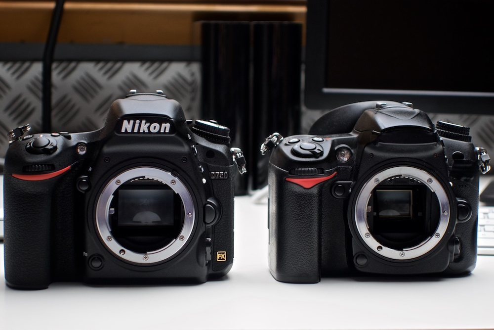 The difference in size is only minimal compared to the old D7000 on the right.