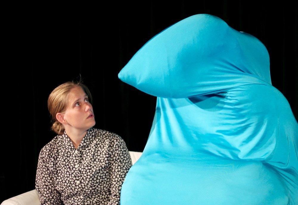 Helle opdager en morgen at en af hendes sofapuder har vokset sig gigantisk stor - og pludselig sidder den midt i hendes pæne sofa. Hvad gør man så? Mød Pudedyret og se hvad Helle stiller op med denne blå tingest - på April festivalen 2018 -!