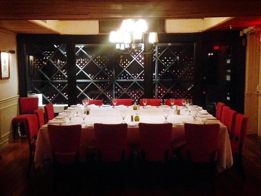 amata_res_img_back_room_big_table.jpg