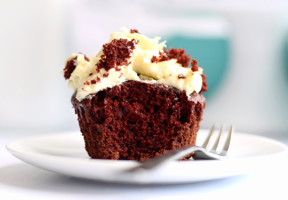 Red Velvet Cupcakes with Cream Cheese Frosting – super easy, moist, and fluffy. These are the best red velvet cupcakes! Video Included! | trufflesandtrends.com