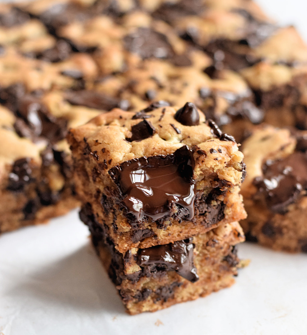 Soft and Gooey Peanut Butter Bars – soft, chewy, gooey bars loaded with chocolate! Super easy and non-dairy option too. Must make! | trufflesandtrends.com