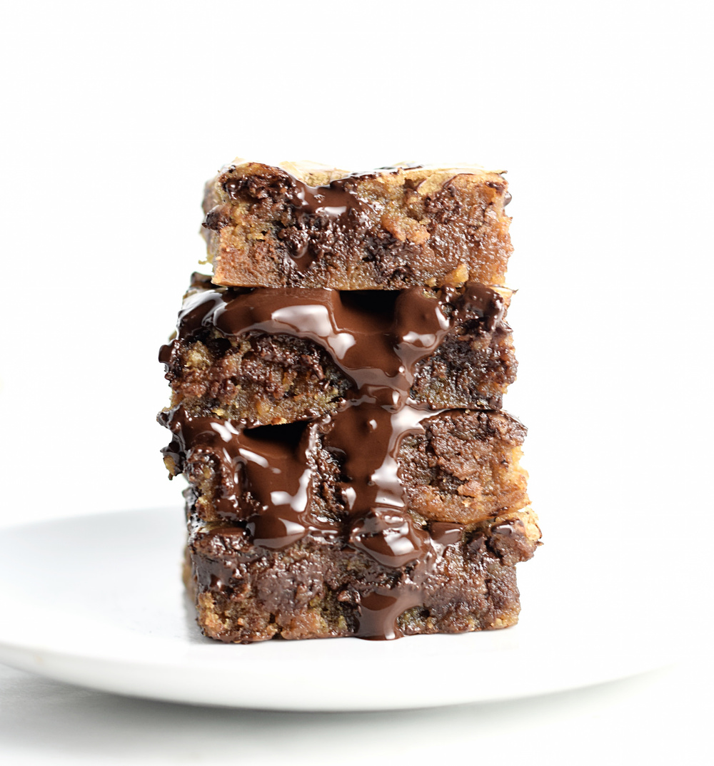 Brown Butter Chocolate Chip Blondies: so soft, gooey, easy and full of chocolate. The caramel undertones from the brown butter are amazing! | TrufflesandTrends.com