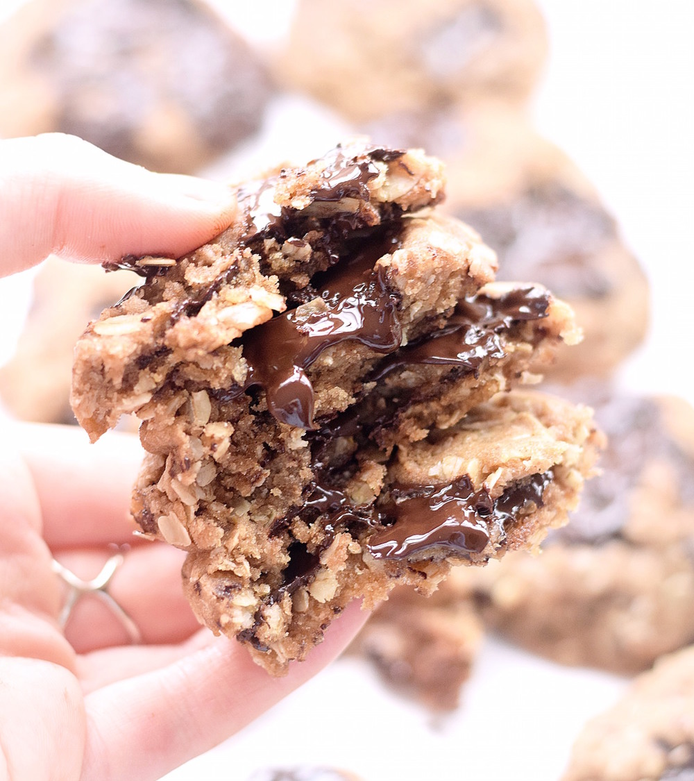 No-Butter Oatmeal Chocolate Chip Cookies: super chewy, easy oatmeal cookies packed with chocolate chunks and made healthier with whole wheat flour and honey. | TrufflesandTrends.com