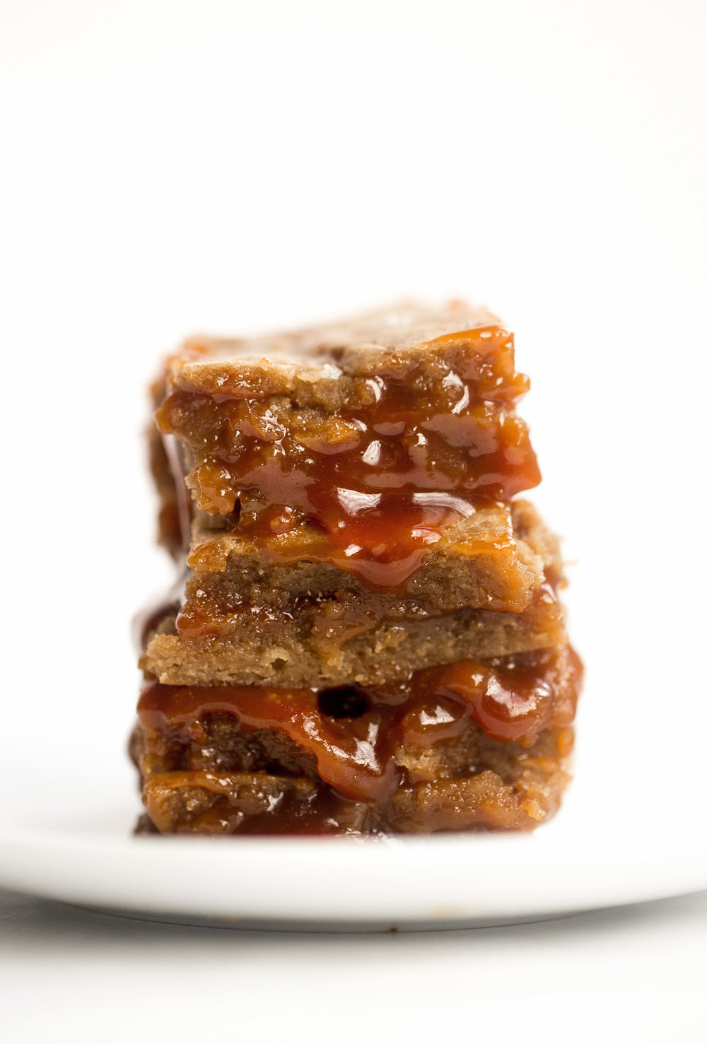 Salted Caramel Brown Butter Blondies: soft, gooey, caramelized blondies oozing with rich salted caramel. Dangerously good! | TrufflesandTrends.com