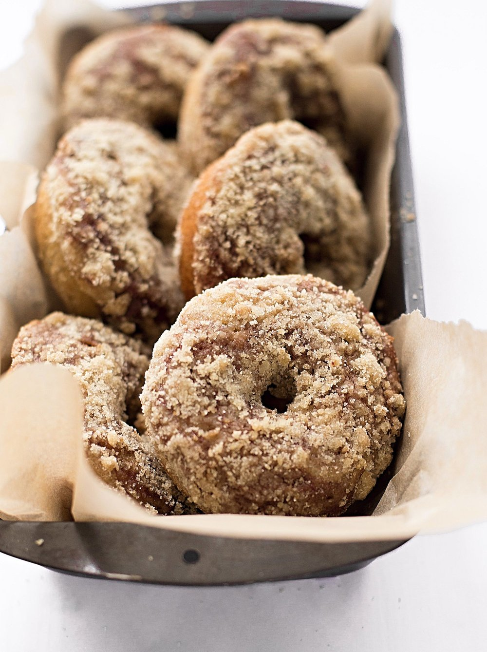 Baked Marble Crumb Donuts: soft, fluffy, baked chocolate and vanilla swirled donuts with a buttery crumb topping. Too good! | TrufflesandTrends.com