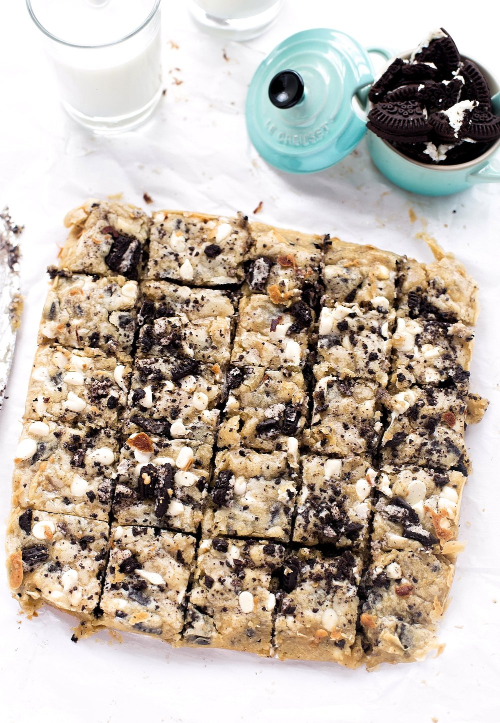 Cookies and Cream Blondies: soft, gooey, rich blondies stuffed with Oreo cookies and white chocolate chips. One bowl, ten minutes! | TrufflesandTrends.com
