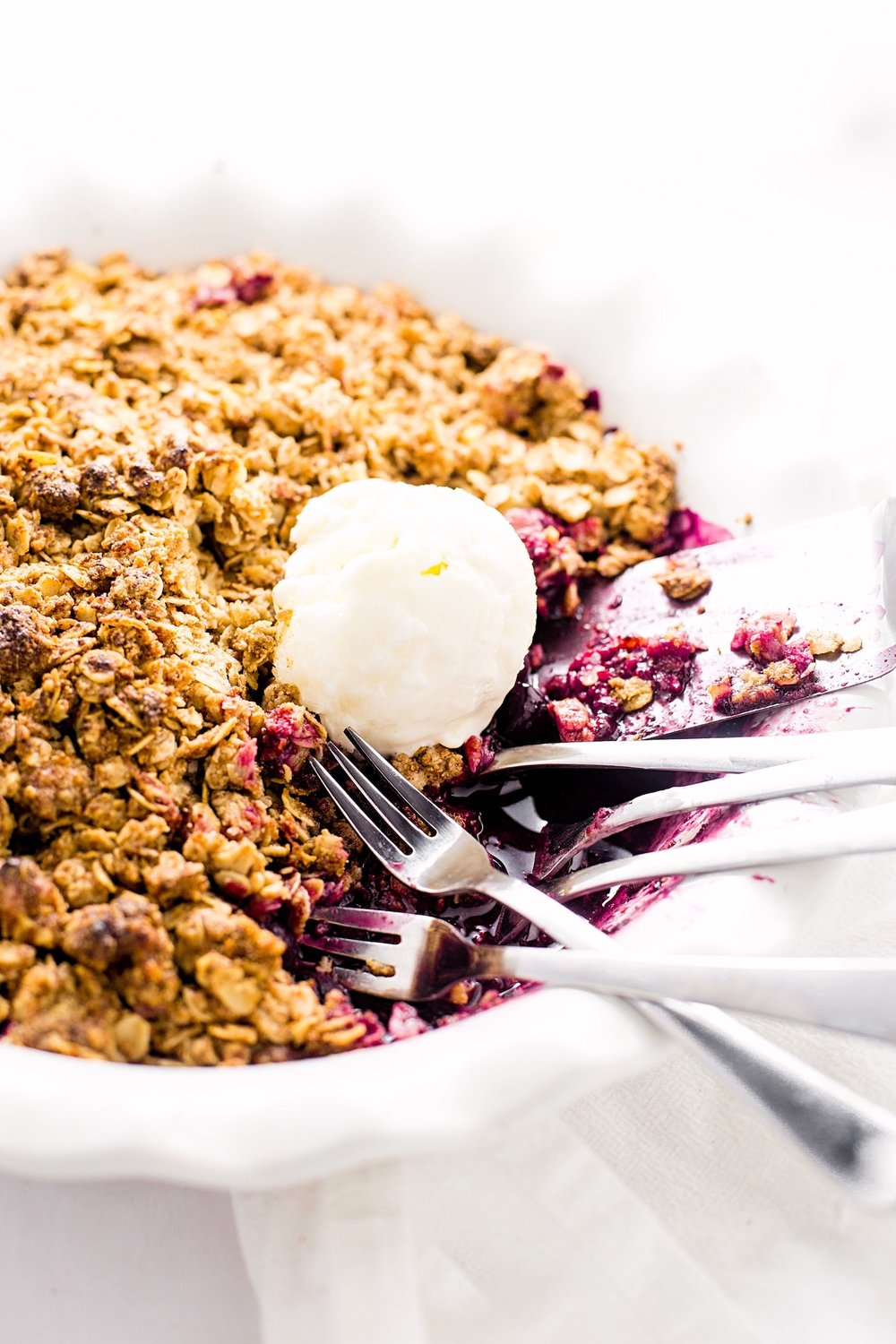 Wholesome Gluten-Free Mixed Berry Crumble : tart, sweet berries topped with an oaty, nutty, delicious crumble. Gluten-free and refined sugar free!