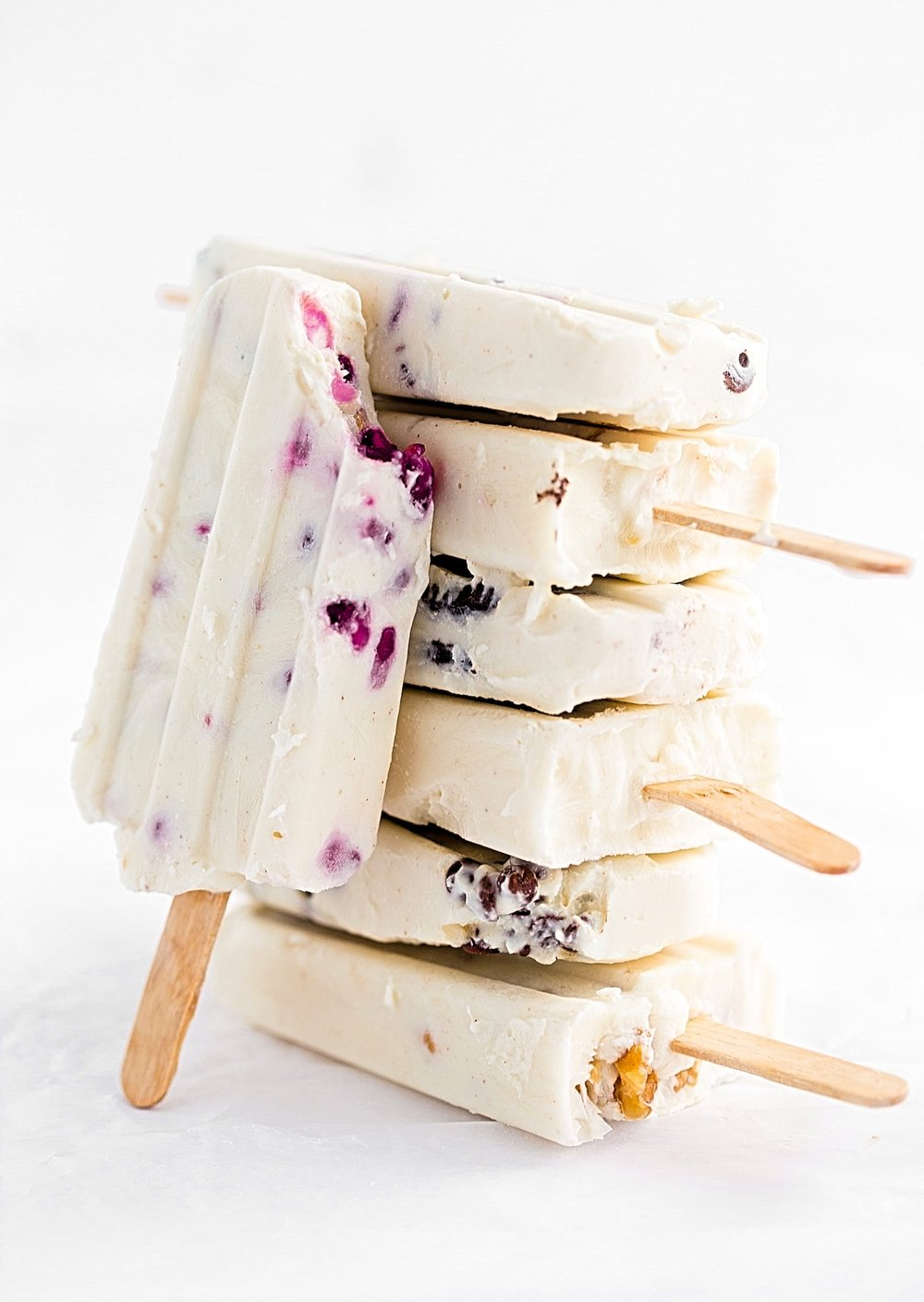 Frozen Yogurt Popsicles with Assorted Fillings: creamy frozen yogurt pops filled with your choice of nuts, cereal, cookies, granola, or chocolate chips. Perfect summer treat! | TrufflesandTrends.com