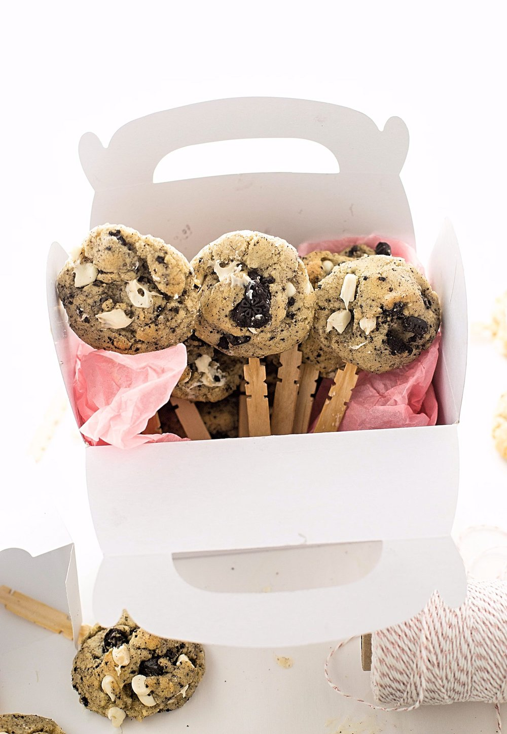 Cookies and Cream Cookie Pops: dairy-free, soft and chewy cookies packed with white chocolate chips and crushed Oreo cookies, attached to popsicle sticks! | TrufflesandTrends.com