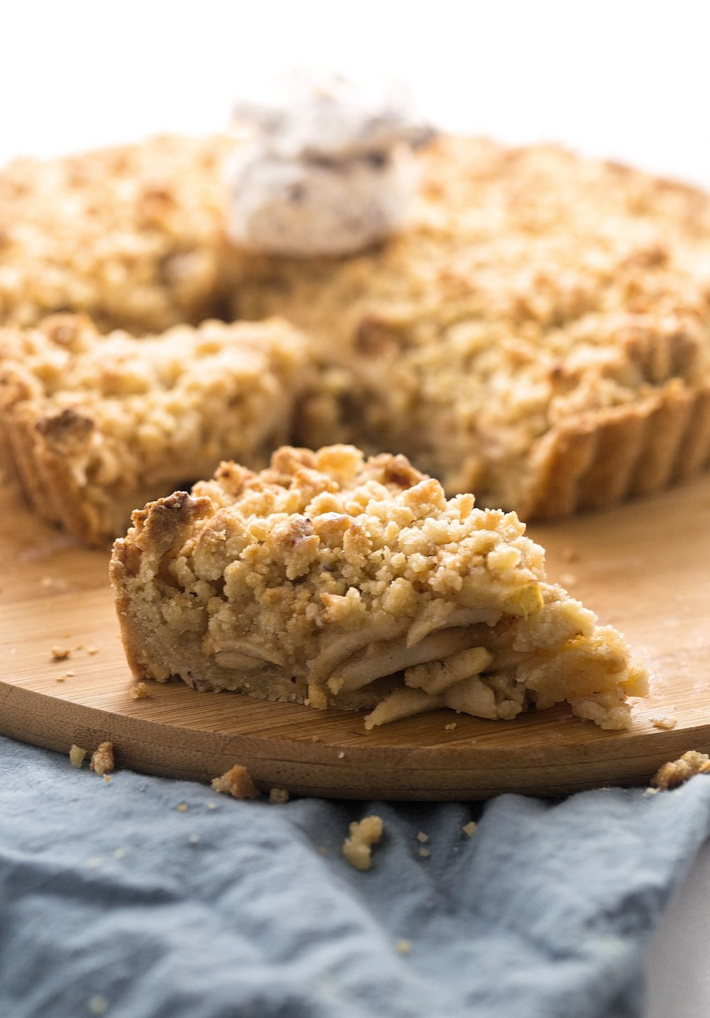 Apple Crumble Tart: fresh, cinnamony apple slices encased in a simple, delicious crust and generous crispy crumble. So easy and good! | TrufflesandTrends.com