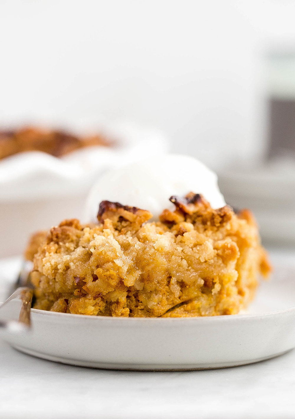 Pumpkin Pie Crumble: rich, creamy, perfectly spiced pumpkin filling topped with a crunchy, nutty, brown sugar crumble. Perfect for Thanksgiving! | TrufflesandTrends.com