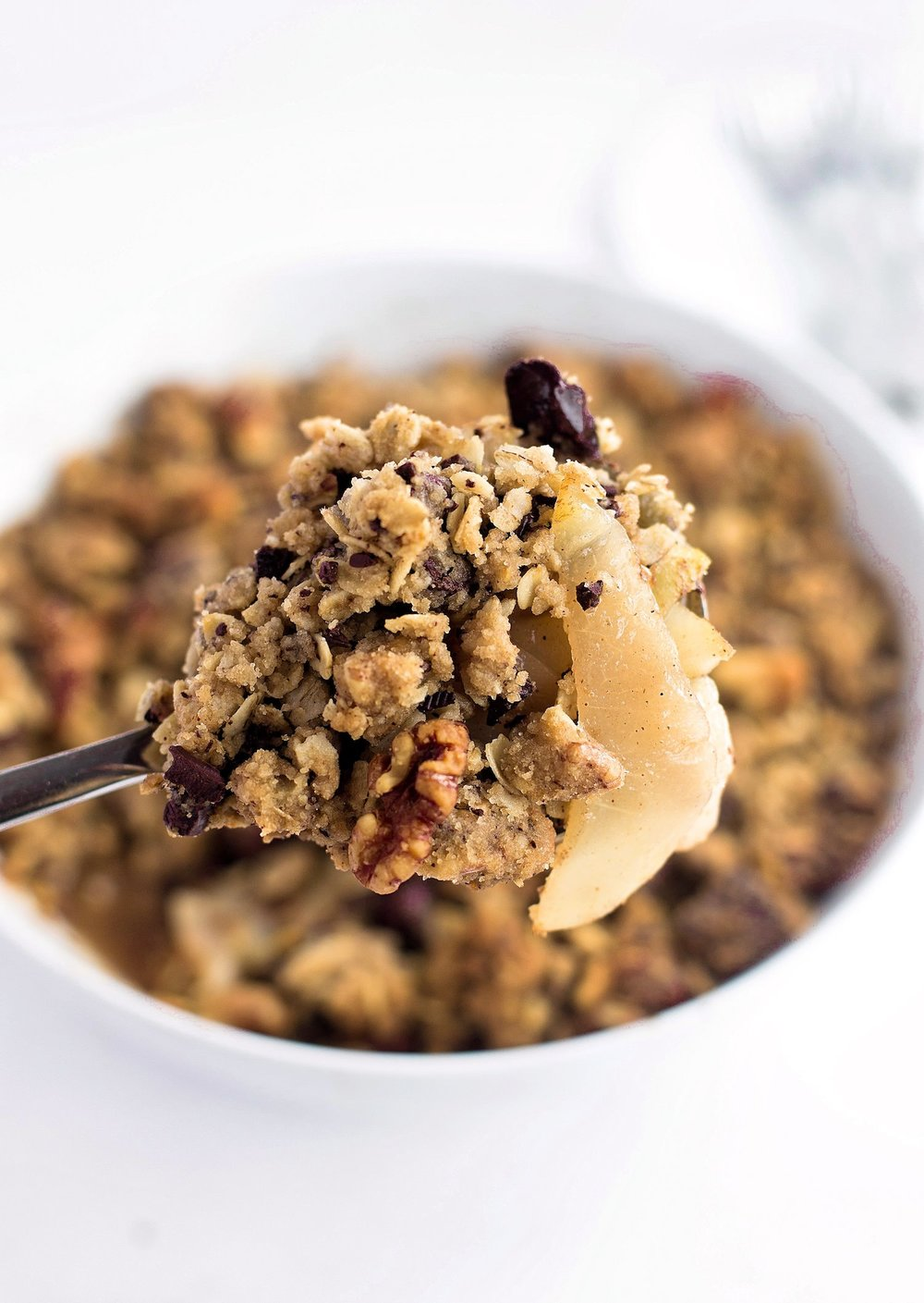 Pear Walnut Chocolate Oat Crumble: oaty, hearty, juicy pear crumble with crunchy, chopped walnuts and chunks of bittersweet chocolate. | TrufflesandTrends.com