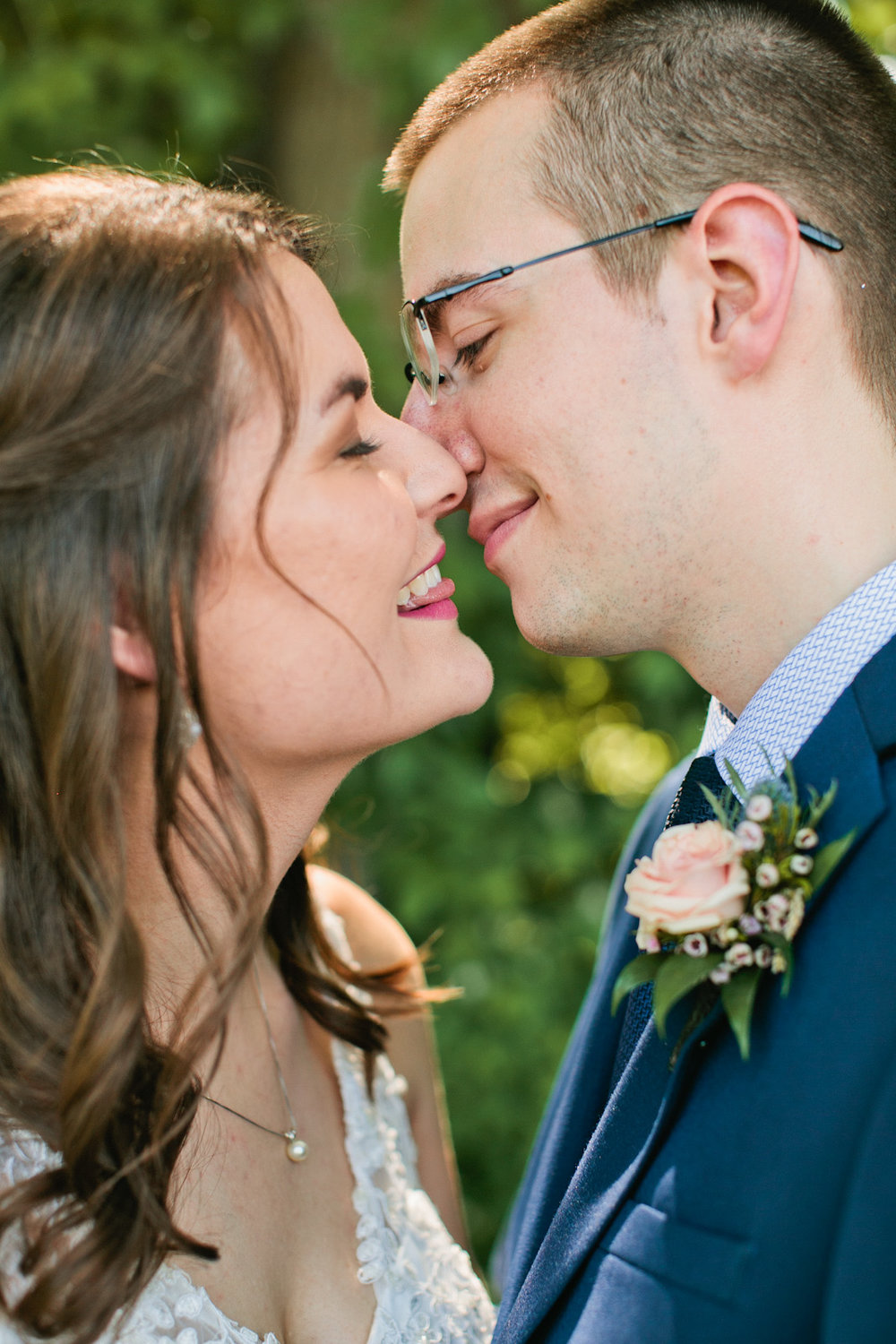 kissing-wedding-picture-des-moines