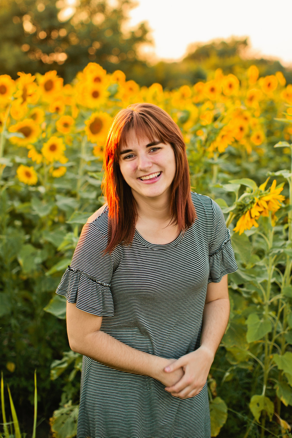 des moines senior photographers filed of sunflowers
