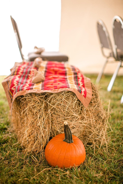 fall_wedding_cute_decor_pumpkins_hay_bales