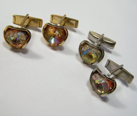 You can purchase these vintage cuff links for $18.99 from  GretelsTreasures .
