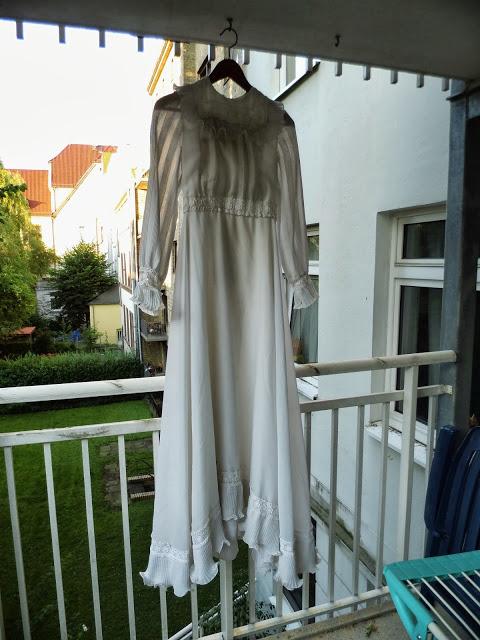 Das, was so aussieht, wie diekopflose, tote Jungfrau,ist ein Hochzeitskleid. War mal eins....