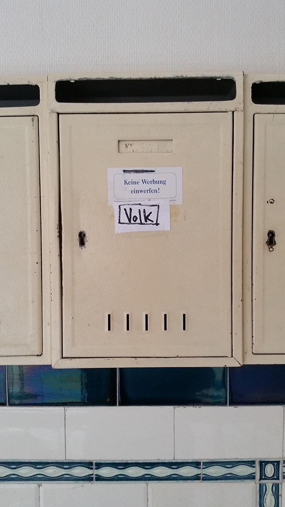 Die Angst des besorgten Volkes vor Werbisierung des Briefkastens. Hier ist kein Platz für italienische Pizzawerbung oder griechische Gyroswerbung oder arabische Falafelwerbung. Der Briefkasten ist voll!
