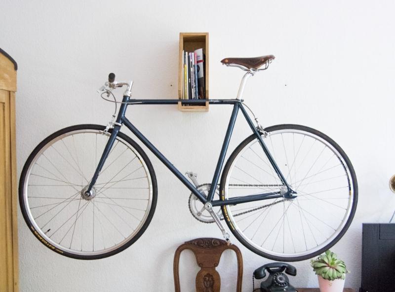 Die Wandhalterung für das Rennrad ist gleichzeitig auch noch ein Regal für Magazine