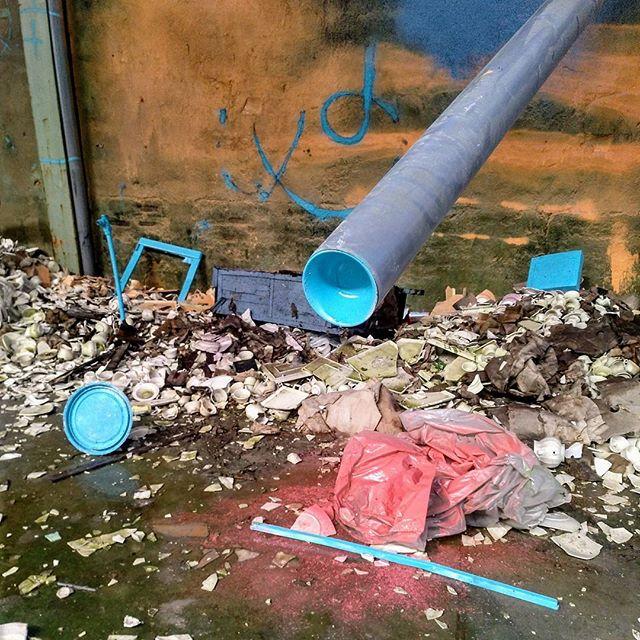 Zona de baile. Pared, tapa, dos tuberías, bolsa, pantalla y listón.  #SalmonYourself #cyan #abandonedplaces #composition