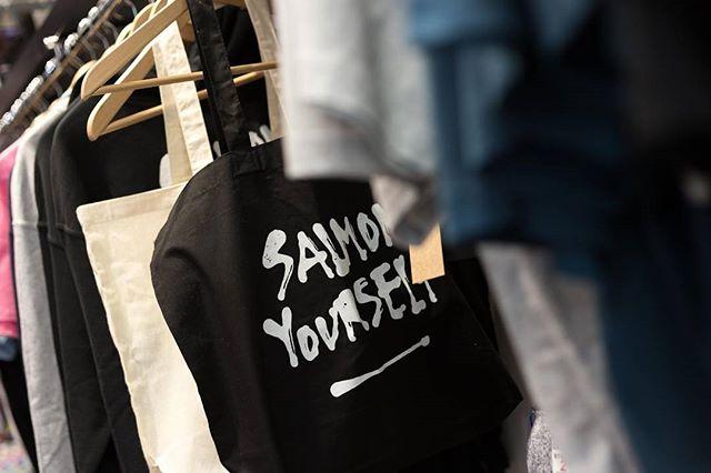🐟🐟🐟 Para vestir,  llevar y manchar! #SalmonYourself #supportyourlocals #merch #totebag #camiseta #sudadera #enamelpin 📸 #orballóestudio