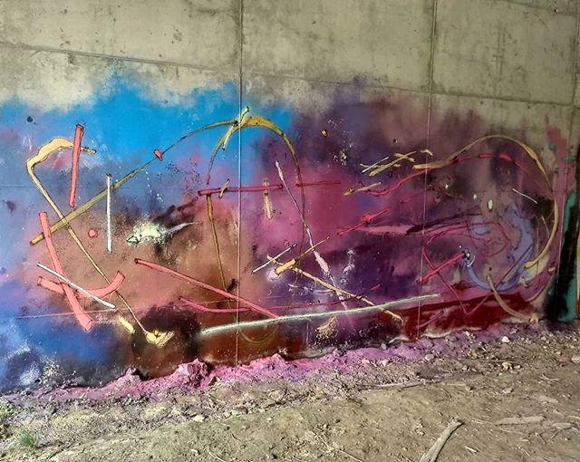 Tres pitas entrando en el gallinero. Todas son zurdas. 🐣🐣🐣 #SalmonYourself #wallpainting #spray #space #chicken