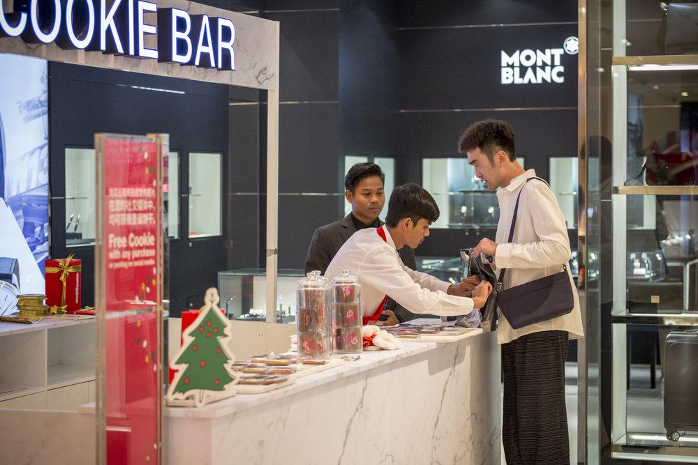 2017-12-21 DFS T-Galleria Christmas Event-0396.jpg