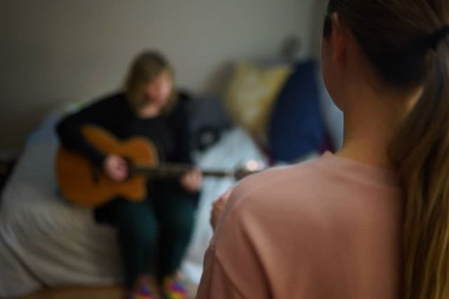 A sweet moment of sharing in song with an old friend❤ 📸@van.rooy . . . #postpartumlife #singersongwriter #musician #vocalist #momlife #acousticguitar