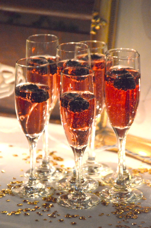 How amazing are these champagne flutes filled with pink champagne and blackberries?!! So pretty!