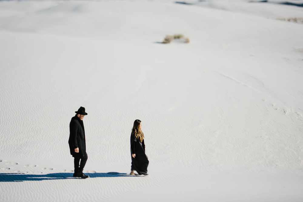 ©Isaiah & Taylor Photography - White Sands Natioanl Monument, New Mexico Engagement-014.jpg