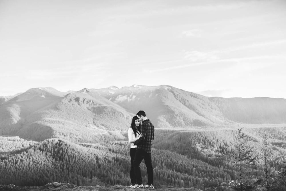 ©Isaiah-&-Taylor-Photography---Rattlesnake-Ledge-Trail-Engagement,-Seattle-Washington-034.jpg