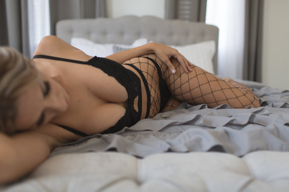 BOUDOIR WITH FISHNETS | BOUDOIR SHOT- THE S CURVE