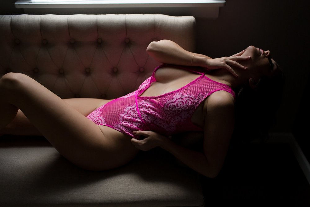 NATURAL LIGHT BOUDOIR SHOT- BOUDOIR COUCH POSING- SHADOWS AND TRIANGLES