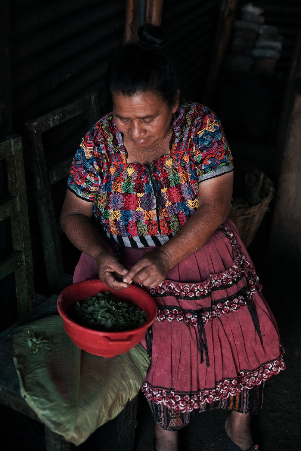 Doña Adela cleaning the chipilín for the tamalitos.