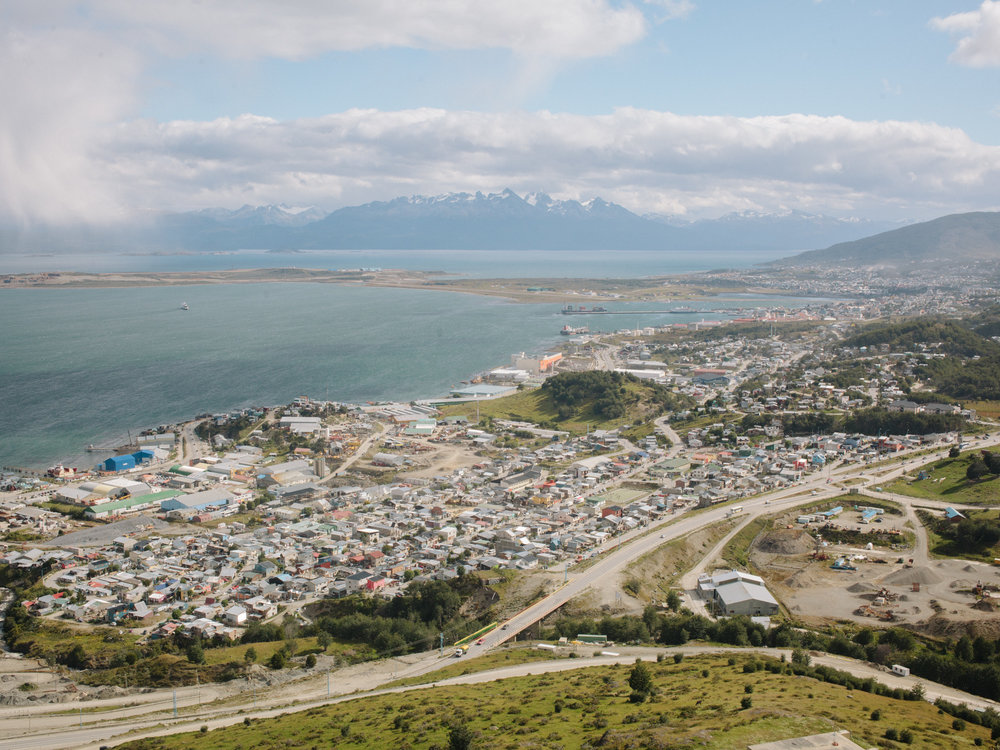 A panoramic view over Ushuaia. e town counts today more than 50.000 inhabitants and functions mainly as industrial, port, and touristic hub.