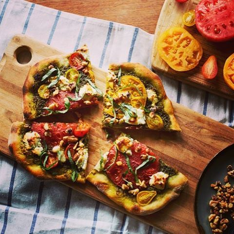 Summer is for #pizza and sun-ripened tomatoes. Get the recipe for Pesto Walnut Margherita Pizza on Traveling Fork! #heirloomtomatoes #pestopizza #summereats #pizzalover #recipe #eatgoodfood #localvore #getinthekitchen #freshbasil #flatbreadpizza #cookmore #tartine